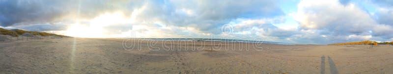 海滩和天空的全景 免版税库存图片