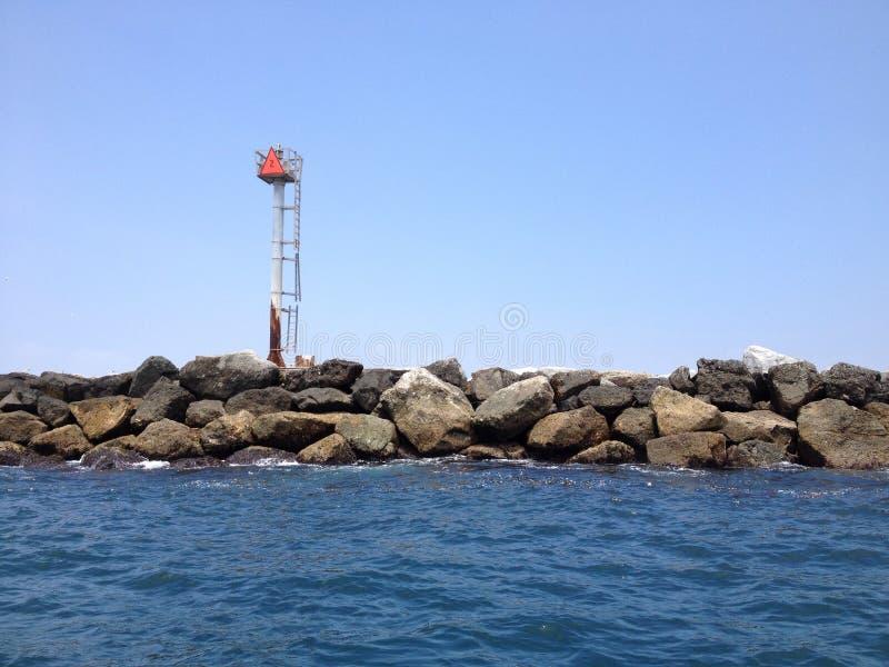 海洋和岩石墙壁 库存照片