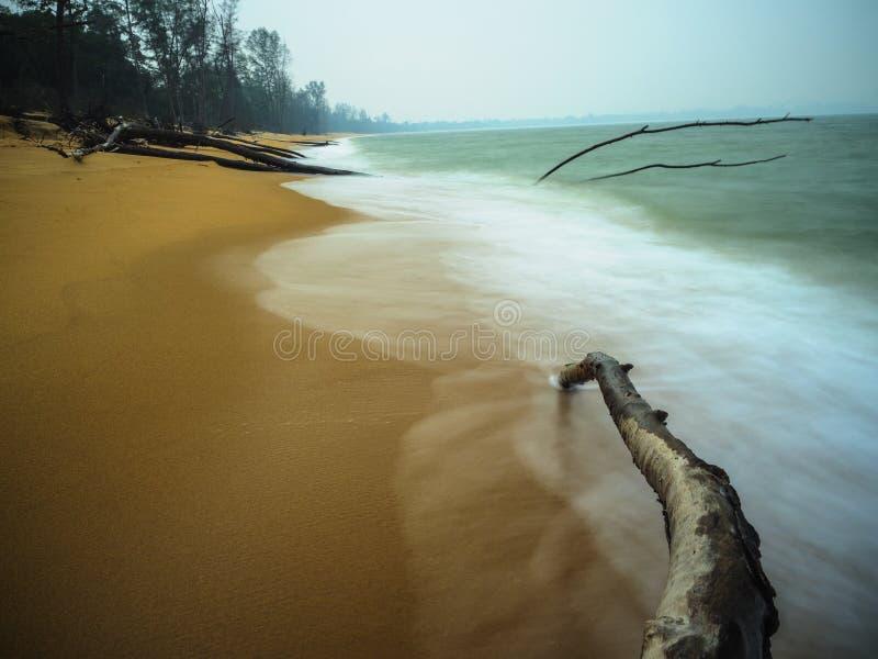 海滩和波浪在缓慢的快门方式下 库存图片