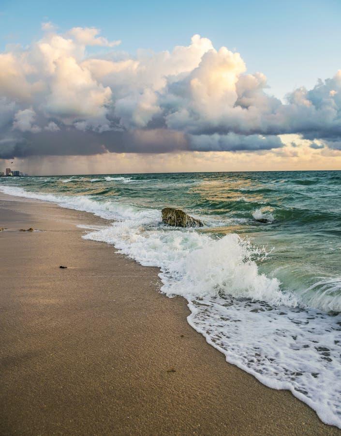 海洋和波浪美好的日出风景在劳德代尔堡 库存照片