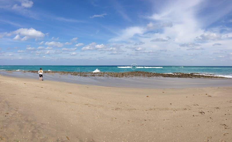 Download 海滩和海 库存照片. 图片 包括有 夏天, 多云, 云彩, 旅行, 女性, 节假日, 海滨, 人员, 火箭筒 - 30328800