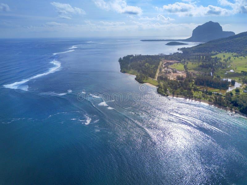 海洋和礁石,毛里求斯的海岛美好的鸟瞰图  免版税库存图片