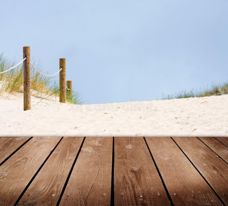 海滩和空的木甲板桌。 免版税库存图片