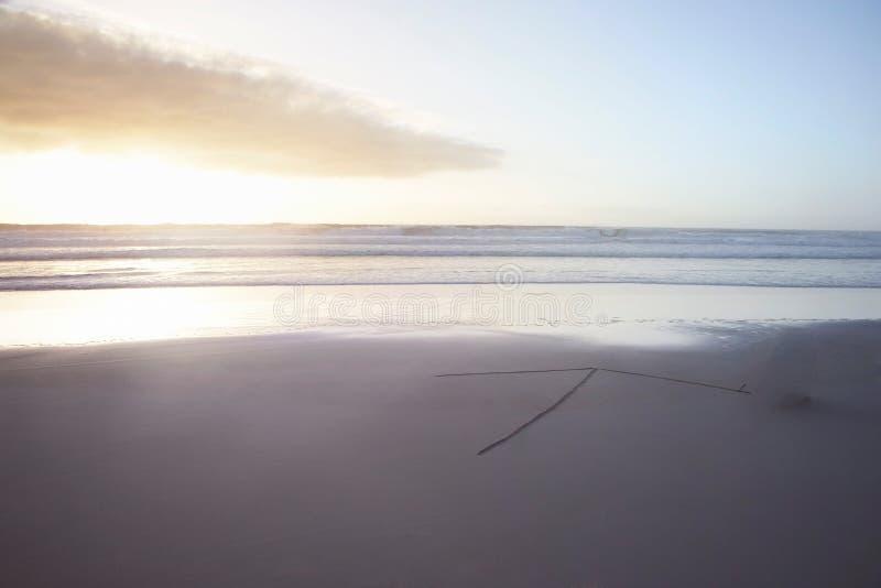 海滩和阳光与箭头 免版税库存照片
