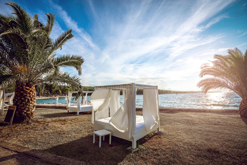 海滩在亚得里亚海的帐篷床 库存图片
