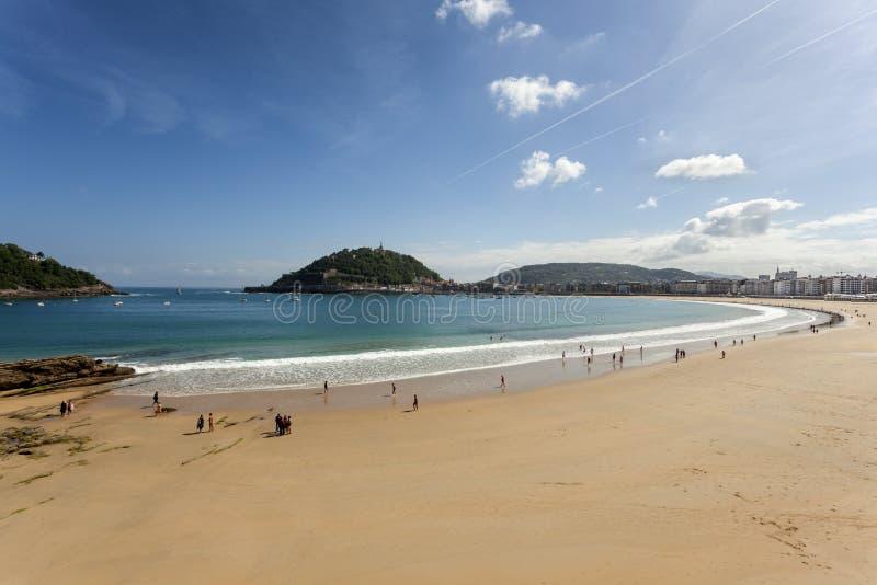海滩在圣塞瓦斯蒂安,西班牙 免版税库存图片