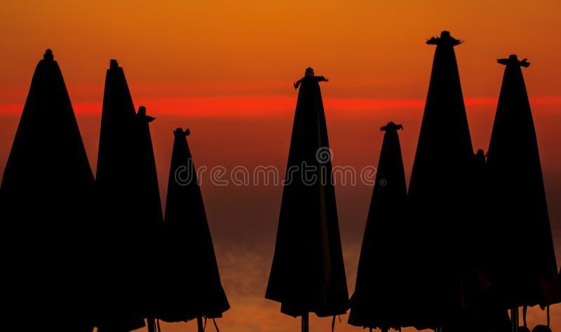 海滩在日落的晚上 免版税库存照片