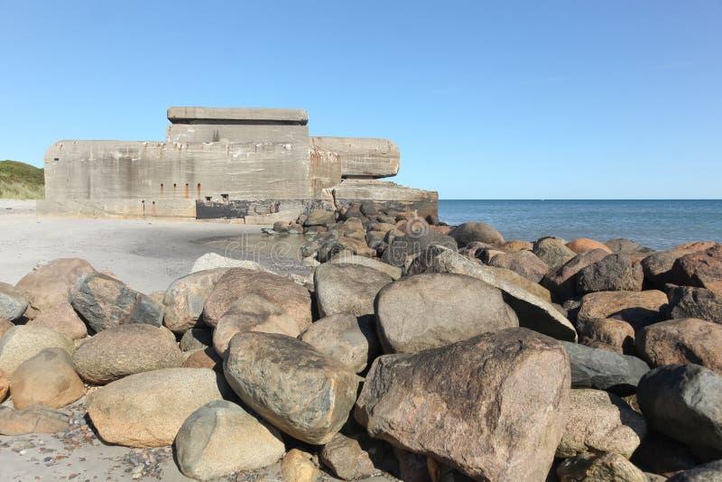 海滩在有一个老地堡的斯卡恩 免版税库存照片