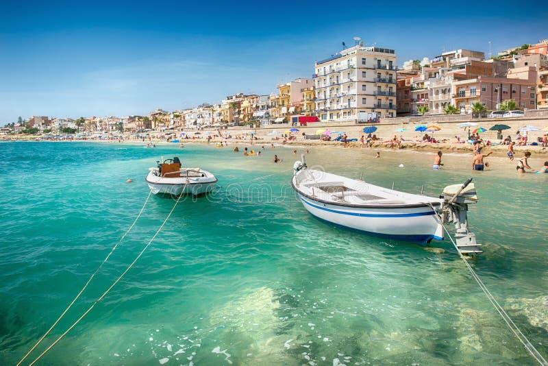 海滩在Giardini纳克索斯,西西里岛 库存图片