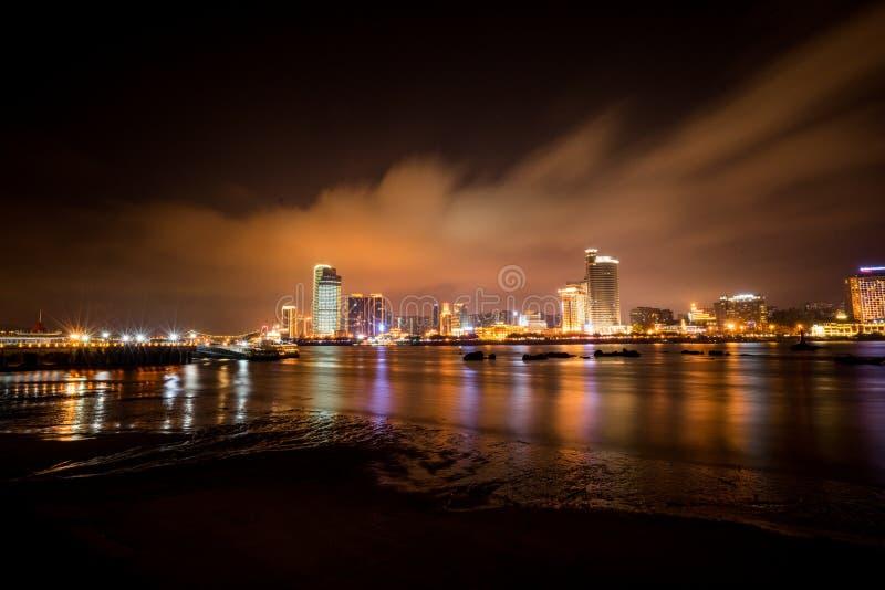 海滨城市天际在晚上 免版税库存图片