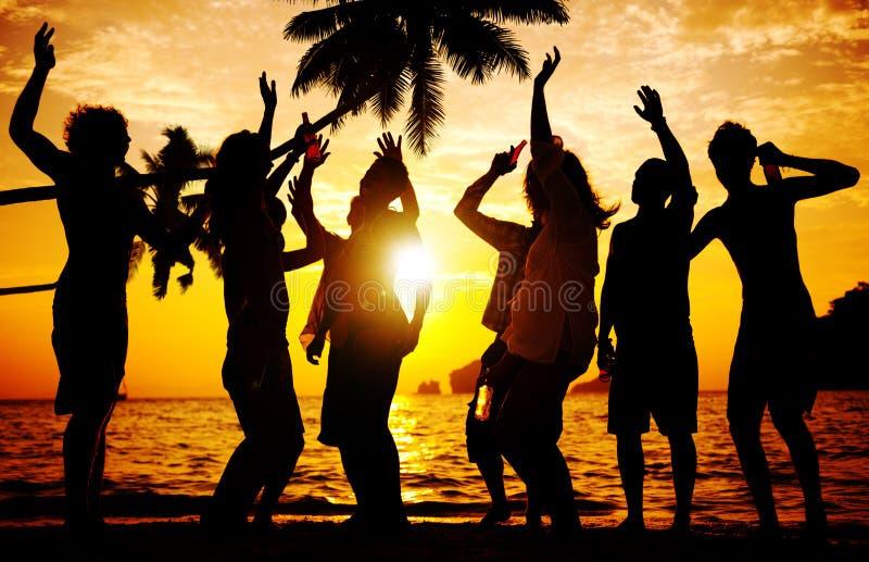 海滩夏天党享受幸福青年文化概念 免版税库存照片