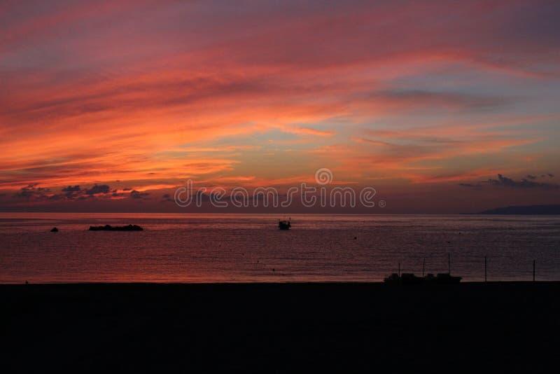 海&天空红色岩石小船 免版税库存图片