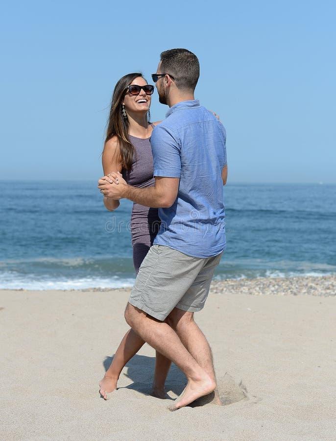 海滩夫妇跳舞年轻人 库存图片