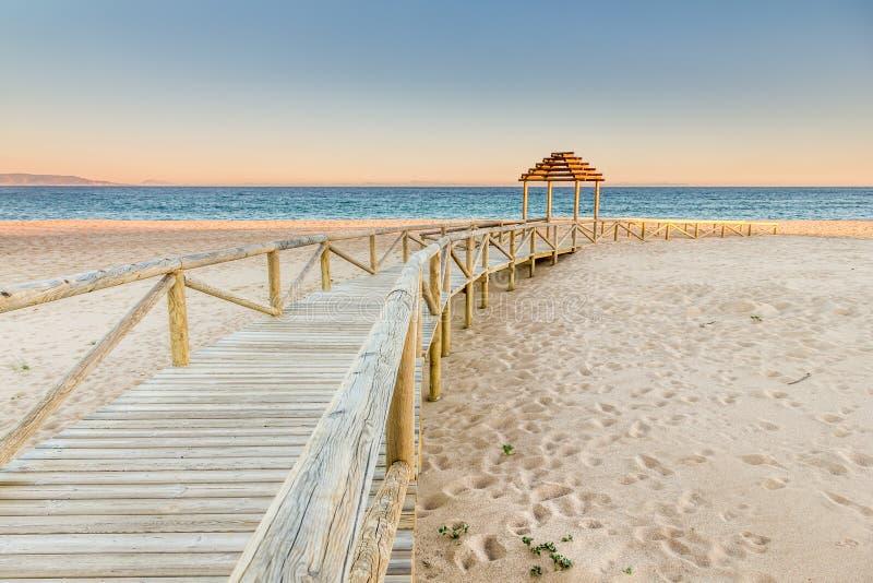 海滩对木的木板走道照片 田园诗场面 库存图片
