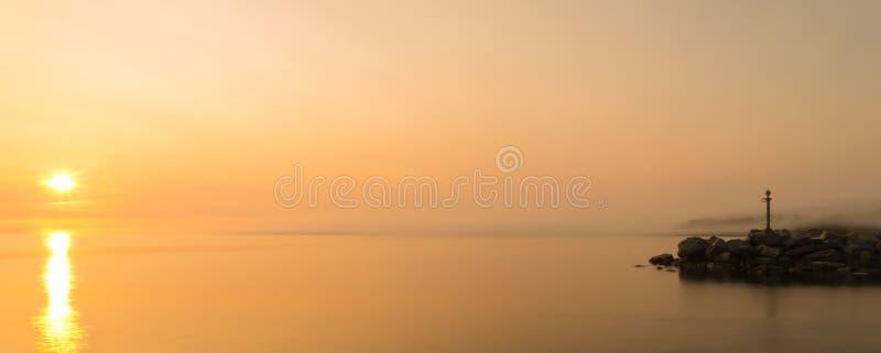 海洋岸全景在雾的 库存照片