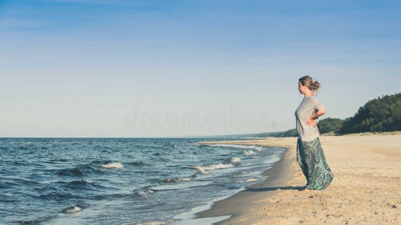 海滩常设妇女 图库摄影