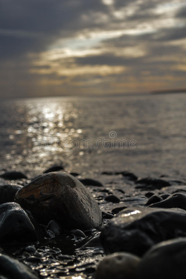 海滩当前石头 免版税图库摄影
