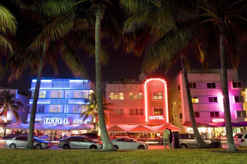 海洋推进在晚上被照亮的艺术装饰旅馆,迈阿密海滩,佛罗里达,美国 免版税图库摄影
