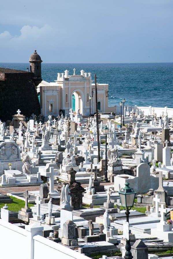 海洋旁边公墓 免版税库存照片