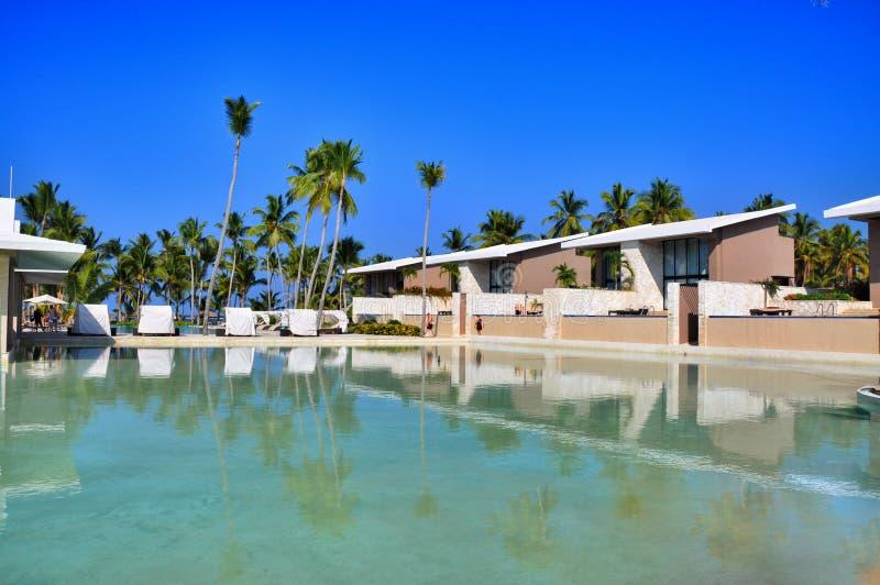 海滩旅馆手段游泳池 免版税图库摄影