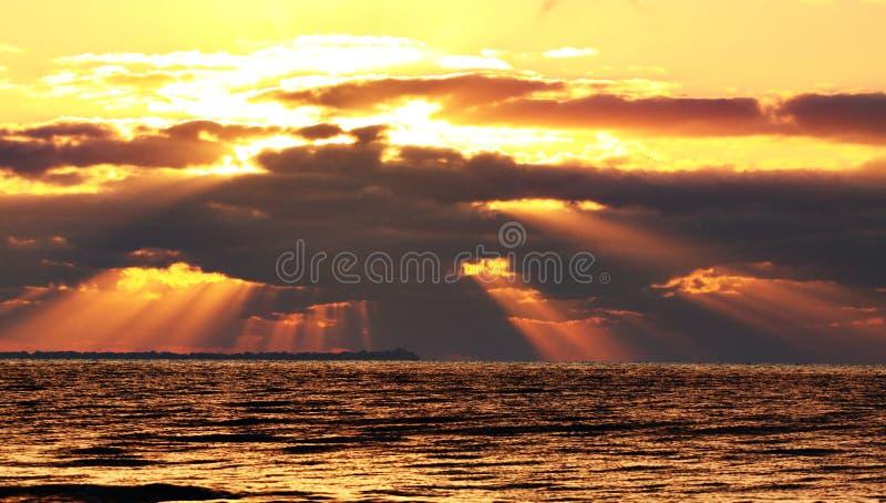 Download 海滩日出 库存图片. 图片 包括有 砍的, 气候, 海岸线, 水色, 火光, 生态, 鸟舍, 改良, 本质 - 62534447