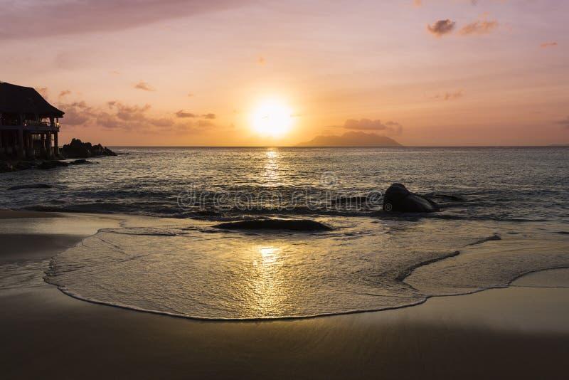 海滩日落, Mahe,塞舌尔群岛 免版税库存照片