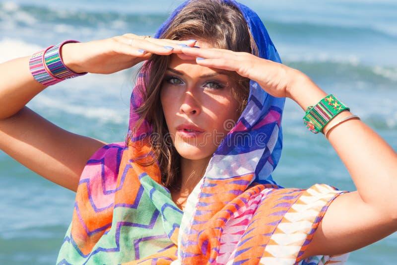 海滩时尚女孩 免版税库存图片