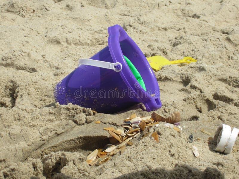 海滩桶 免版税库存图片