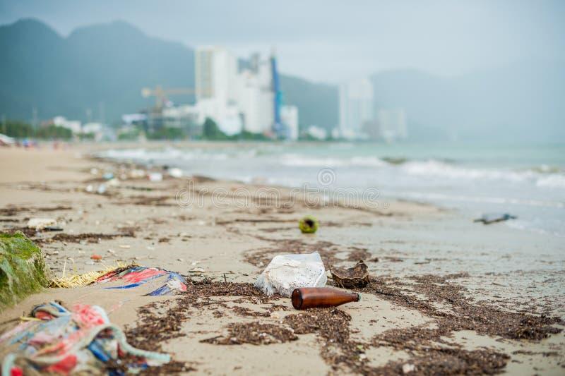 海滩污染 塑料瓶和其他垃圾在海靠岸 免版税图库摄影