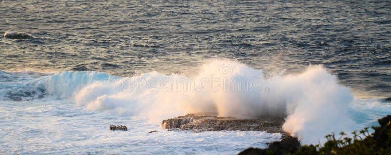 海洋浪花日落海角Zampa,冲绳岛日本 免版税库存图片