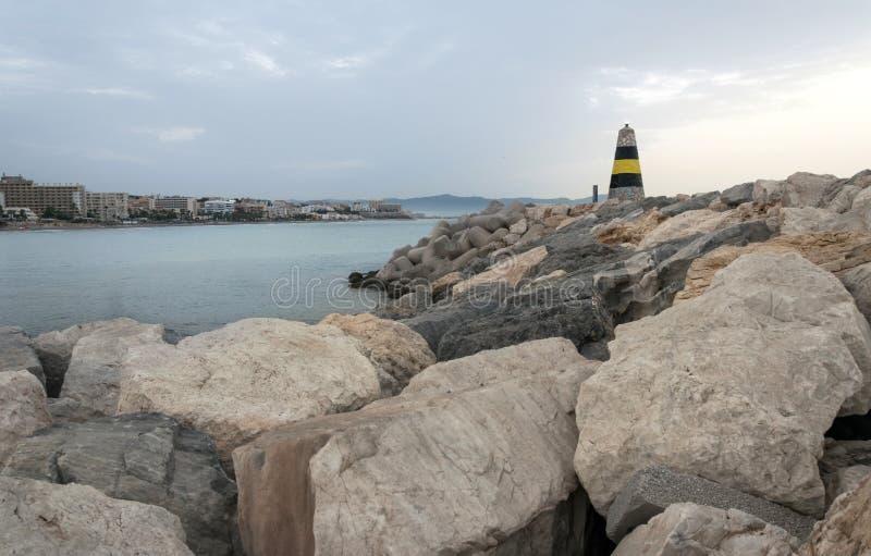 海滩海岸线展望期山夏天 免版税库存图片