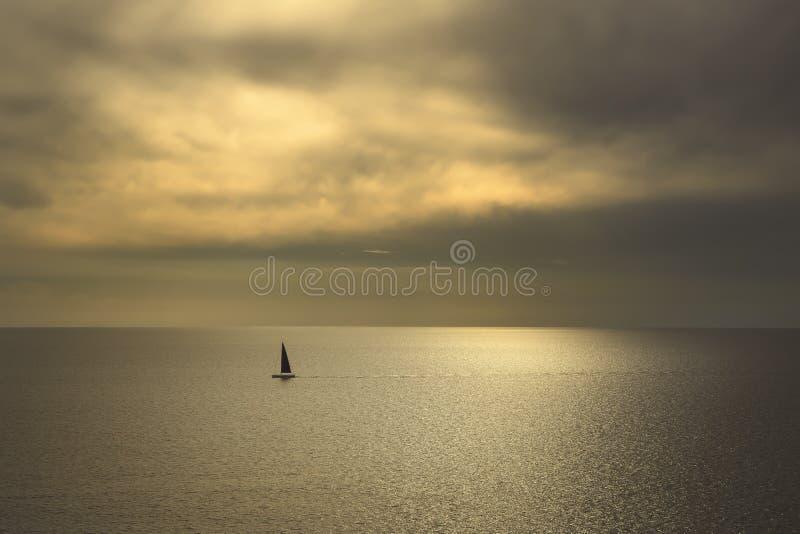 海洋海日落视图和黑帆船 钓鱼地中海净海运金枪鱼的偏差 它 库存照片