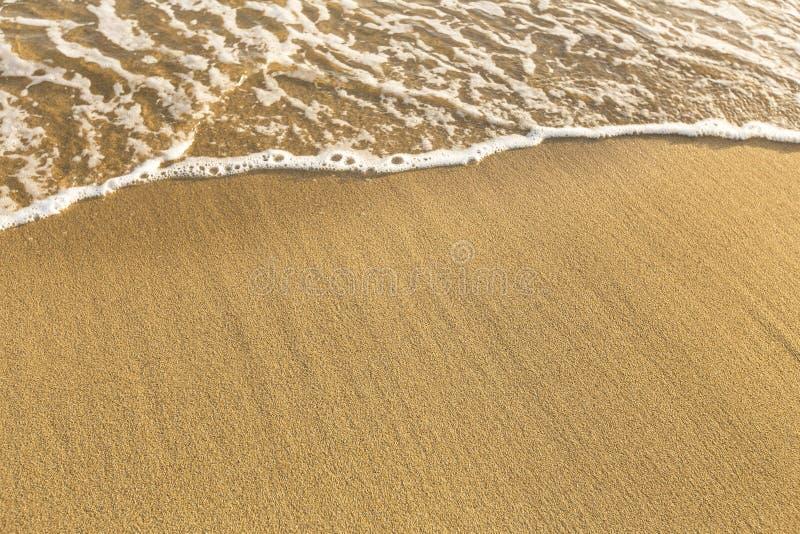 海滩海沙纹理与海浪软的波浪的  夏天 库存照片