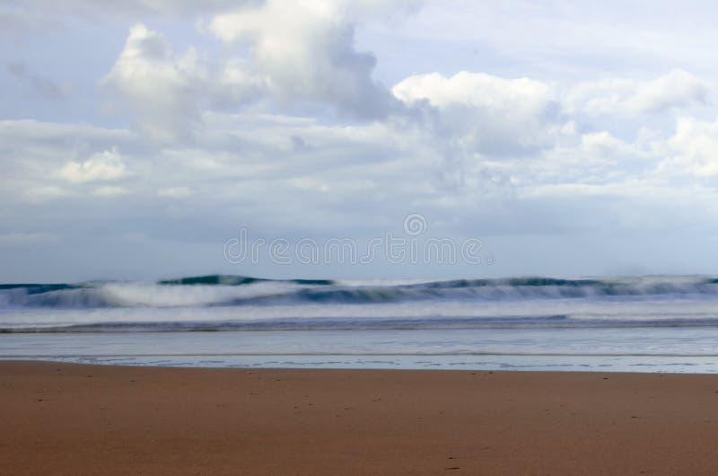 海洋海浪波浪和沙滩长的曝光  免版税图库摄影