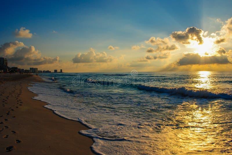 海洋海滩日出 免版税库存照片