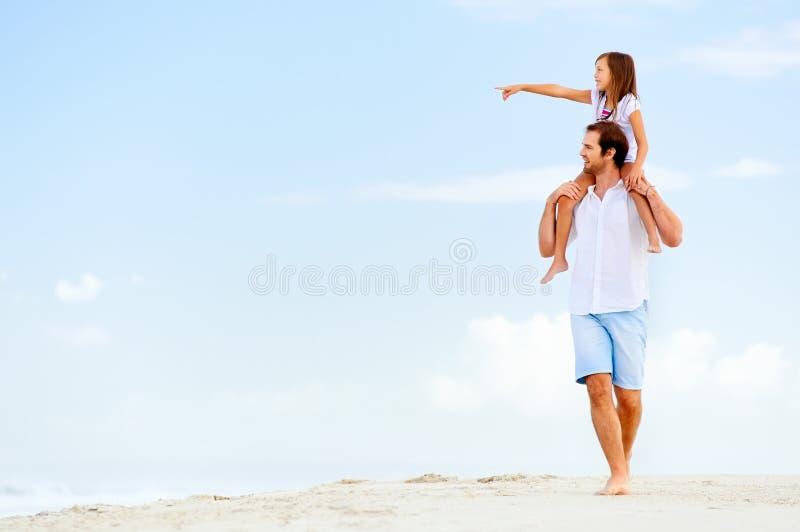 海滩漫步家庭 库存图片