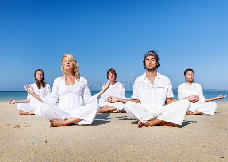 海滩瑜伽平衡安静松弛锻炼概念 免版税库存照片