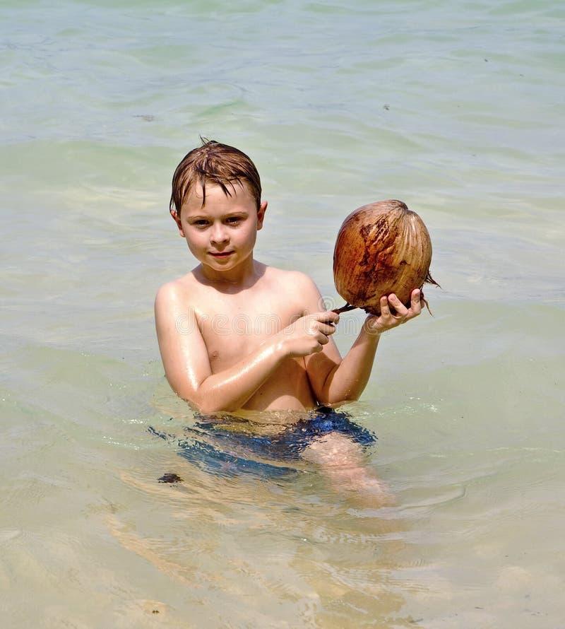 Download 海滩男孩椰子使用 库存照片. 图片 包括有 感觉, 愉快, 少年, 海运, 蓝色, chang, 风景, 子项 - 59100154