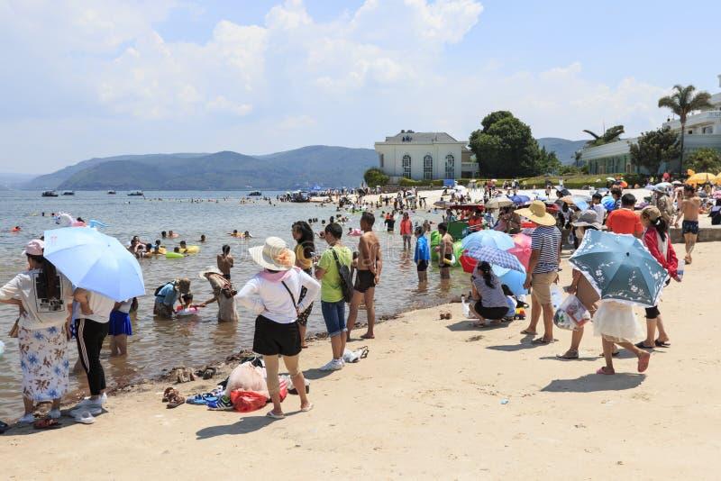 海滩的中国游人抚仙湖在云南, thid最深的湖在中国 它是被找出的halfwy在资本之间 库存图片