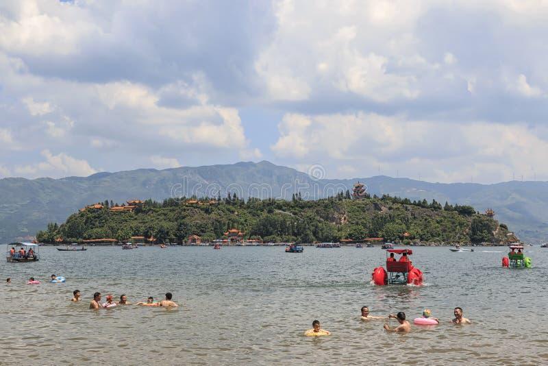 海滩的中国游人抚仙湖在云南, thid最深的湖在中国 它是被找出的halfwy在资本之间 免版税库存照片