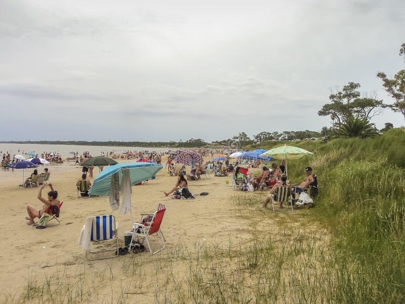 海滩的人们在乌拉圭 免版税库存照片