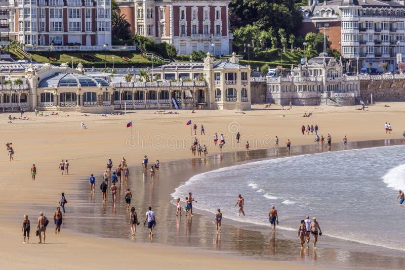 海滩的人们在圣塞瓦斯蒂安,西班牙 免版税库存照片