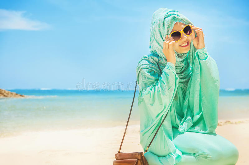 海滩的俏丽的女孩 免版税图库摄影