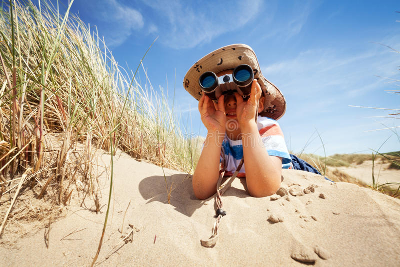 海滩的儿童探险家 免版税图库摄影