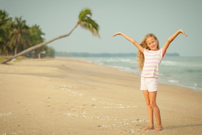 海滩的可爱的愉快的微笑的女孩 免版税库存照片