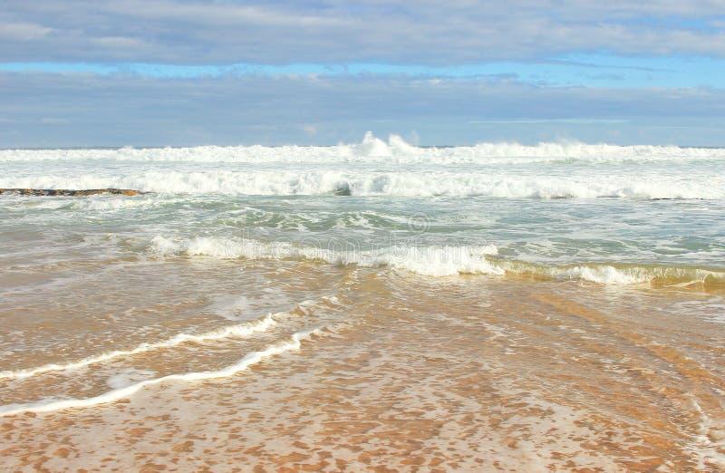 海洋的天蓝色的岸 免版税库存照片