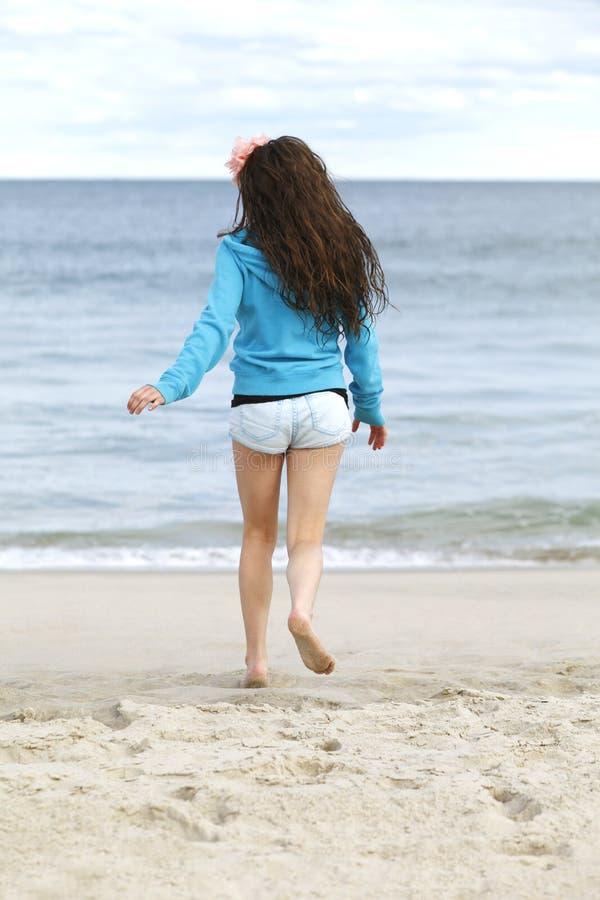 海滩的女孩。 免版税库存照片