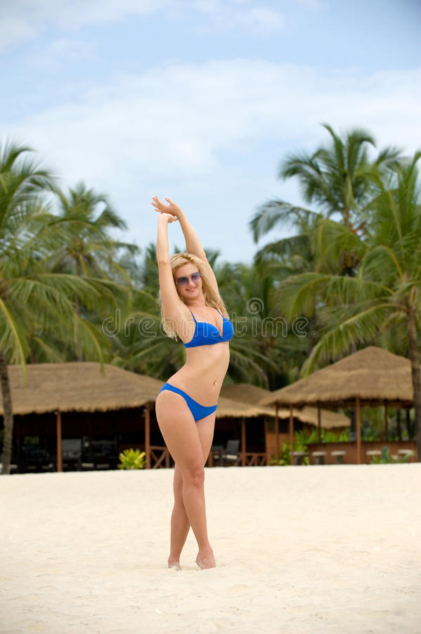 Download 海滩的女孩 库存图片. 图片 包括有 快乐, 人们, 火箭筒, 户外, 海运, beautifuler, 成人 - 30336133