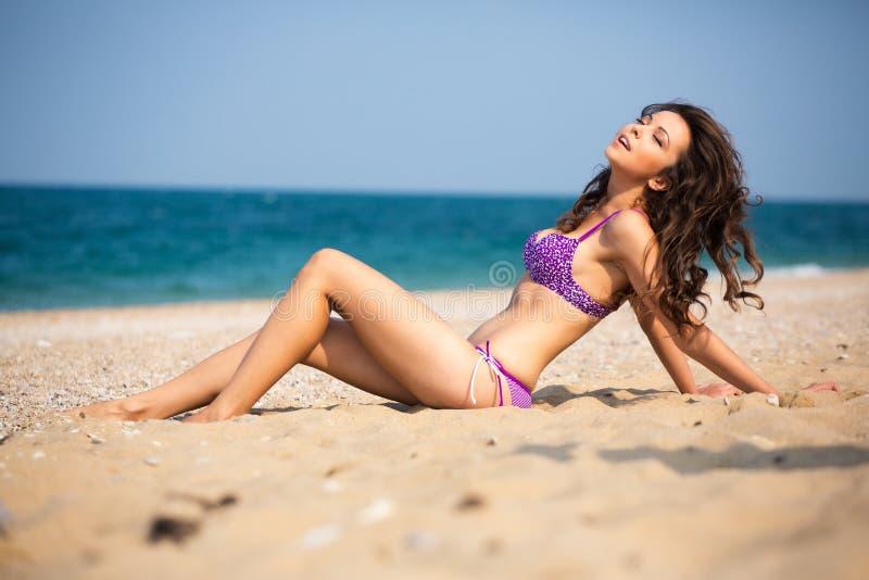 Download 海滩的女孩 库存图片. 图片 包括有 季节, 颜色, 亭亭玉立, 沙子, 生活方式, 白种人, 纵向, 火箭筒 - 62533209