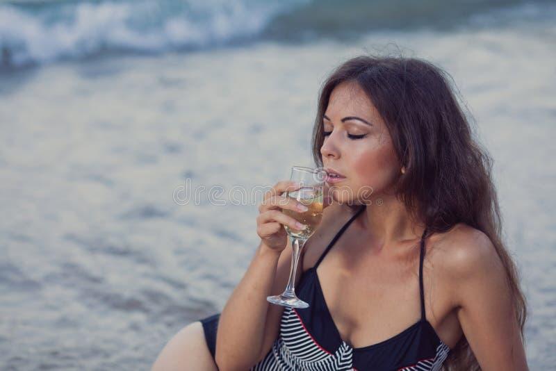Download 海滩的女孩 库存照片. 图片 包括有 背包, 放松, beautifuler, 香槟, 海边, 纵向, 爱好健美者 - 62533216